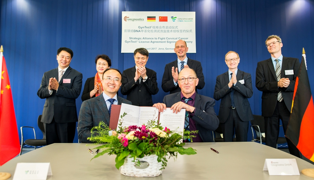 Dr. Xia Xiaokai and Dr. Alfred Hansel, chairman of oncgnostics GmbH. In the background: Yang Xiaoming, chairman of CNBG, Wolfgang Tiefensee, Thuringia's Minister for economics, Dr. Michael Brandkamp, chairman of the High-Tech-Gründerfonds sowie Peter Haug, oncgnostics. photo: Christoph Worsch