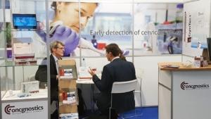 Dr. Peter Haug im Gespräch am oncgnostics-Stand