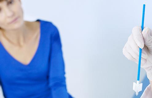 Frauenärztin führt HPV-Abstrich durch