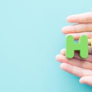 """""""HPV-Vorsorge durch Selbsttests in die eigene Hand nehmen"""" - Auf dem Bild sind Hände zu sehen, in denen die Buchstaben für HPV liegen."""